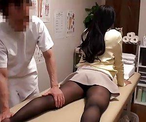 マッサージ治療でナイロンで素朴な女の子が犯される