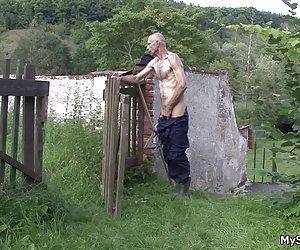 老人は彼の息子・浮気屋外の gf s を喜ばせる
